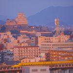 夕日に映える姫路城とドクターイエロー